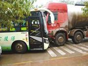 重庆一水泥罐车失控撞公交 10余名学生受伤