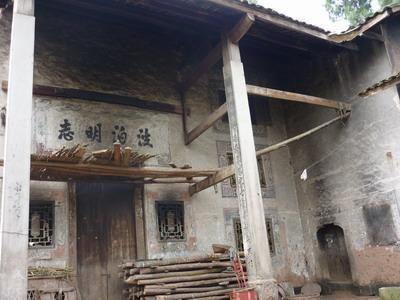 所建房屋多为土木结构,小青瓦,花格窗, 木栏扶手,走马转角,古香古色.