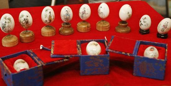 方寸蛋壳上给人以清新淡雅、水墨淋漓之感,彩蛋艺术远在两千年前的战国时期就产生了,它雅俗共赏,深受人们的喜爱。本期记者就带你走近锦州市级非物质文化遗产名录之传统艺术工艺彩绘鸭蛋。   历史悠久的彩蛋艺术   工艺彩绘鸭蛋俗称画蛋,是一种在蛋壳上施艺作画的民间工艺,其工艺历史悠久,远在两千年前战国时期就有彩蛋。在我国民间很早就流传着将鸡蛋染红或勾画剪贴上花纹,作为婚庆或生儿育女时馈赠亲友礼物的风俗,历史上关于彩绘蛋的记载始于清代咸丰年间,在江苏、湖南、北京等地流行。远在唐、宋时期,就有描画花鸟山水的蛋画作品
