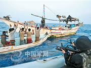 中国海军护航队员登临可疑船只查证(组图)
