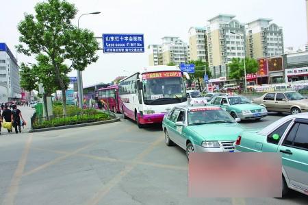 """有""""中华第一站""""之称的济南长途汽车总站就处在该路口"""