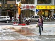 内急女子在上海街头就地脱裤便溺惹争议