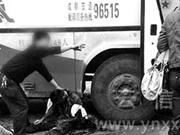 云南镇雄小伙刚下车 携带的火药炸伤自己