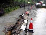 中国南方多条公路干道因暴雨交通中断