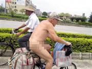 男子全裸骑车称天太热