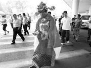 包工头被逼穿财神爷服装上街乞讨