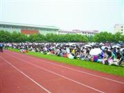 近千名学生在操场上对老师行跪拜礼