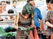 女子当街遭油漆灌顶