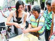 长相酷似范冰冰的美女沿街卖豆腐