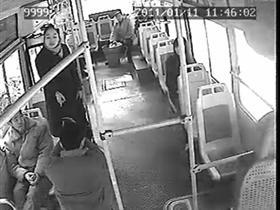 公交司机不堪刁难当众下跪 女乘客并不领情