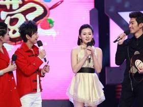 张翰在舞台现场与女演员玩暧昧