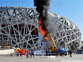 """北京鸟巢""""玉兔""""起火 引数百人围观"""
