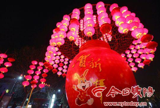 元宵节咸阳湖边拍照打灯笼