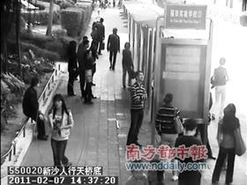 少女疑出租车上点火自焚死亡 司机跳车逃生(图)