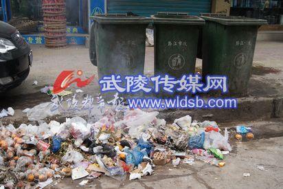 空空的垃圾桶前垃圾成堆
