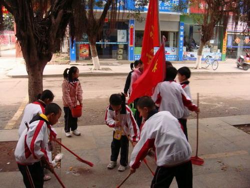 寻乌县实验小学开展学雷锋做好事活动