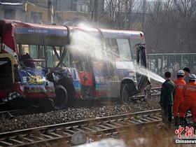 乌鲁木齐列车公交车相撞伤者:车里很多孩子在哭
