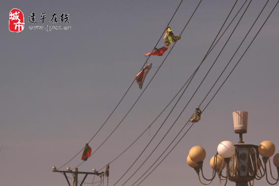 不得在架空电力线路导线两侧各300米的区域内放风筝