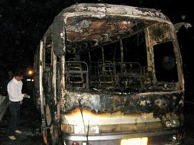客车高速路上烧得只剩骨架 车上12人全部脱险