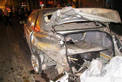嚣张沃尔沃撞车后逃跑途中再撞一车一行人 图 高清图片
