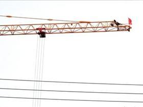 女子爬30米高塔吊欲轻生 围观者用望远镜观察