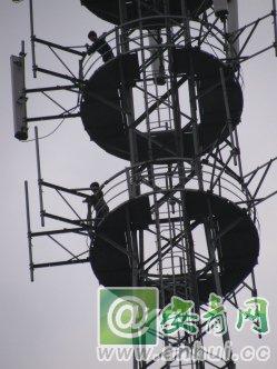 很快爬到信号塔顶的