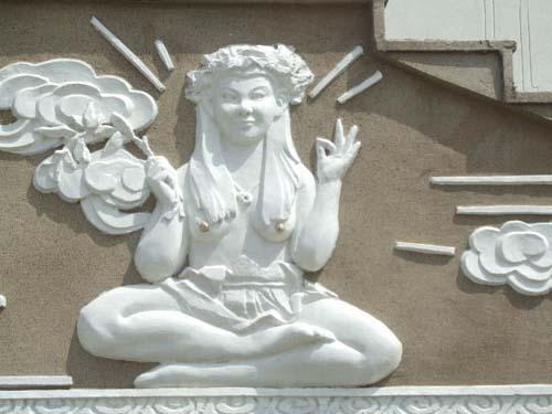 刚完工时的女神浮雕作品