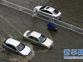 武汉遭10余年最大暴雨袭击 武大被戏称水上乐园