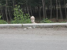 马路边立着个假模特