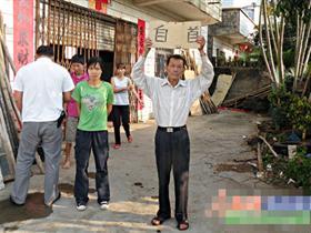 持枪杀人案嫌疑人藏匿4天后举牌自首(图)