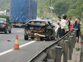 广州开往惠州大巴发生特大交通事故 9人殒命21人伤(图)