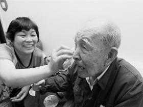 儿媳照顾重病公爹数十年 患脑瘤带老人一起住院