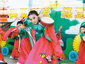 来自陕西汉中、延安、榆林等地区小演员齐聚世园会表演,乐坏游客