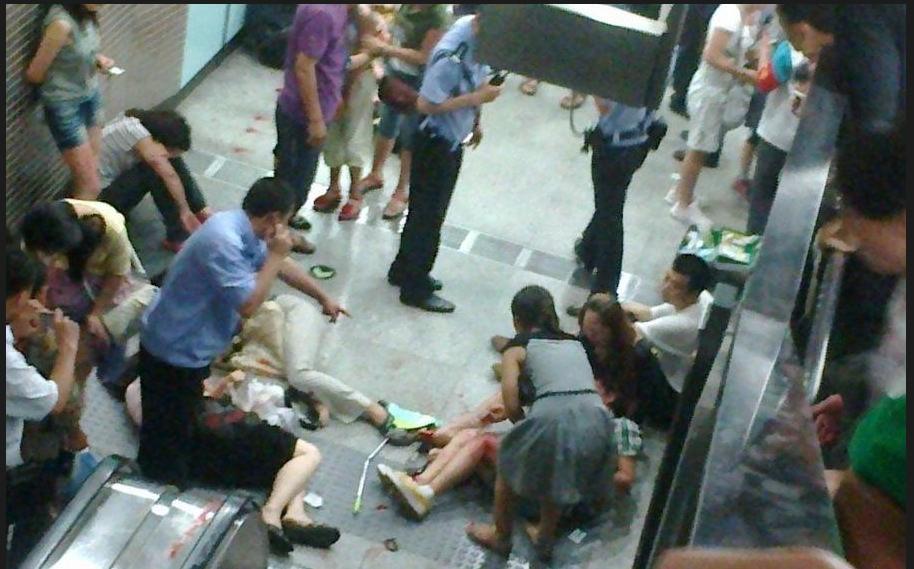 千龙网讯 7月5日早9:36,地铁四号线动物园站a口上行电扶梯发生设备