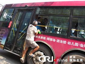 郑州一老人飞身扒车 只为捡一空瓶(高清组图)