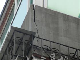 顶层阳台外墙欲脱落