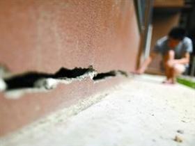 北京一保障房楼底部严重裂缝 可看到另一端楼体