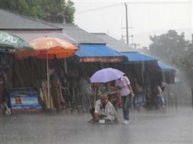 女孩暴雨中为残疾乞丐老人撑伞 全身湿透(图)