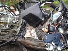 四川发生惨烈车祸 轿车被撞碎3人死亡
