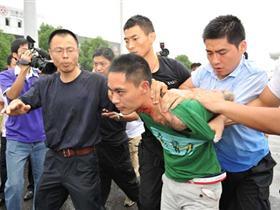 南京大巴劫案:劫匪脖子被子弹擦伤 曾安慰小女孩