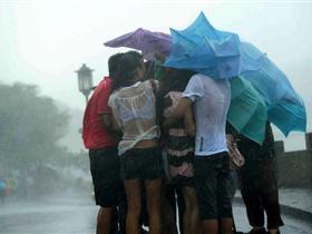 """台风""""梅花""""来袭 西湖游客抱团避雨"""