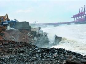 20米巨浪冲垮两段堤坝 剧毒品储罐距溃坝50米