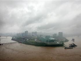 洪峰过磁器口 江边那艘豆花鱼船翻覆沉没