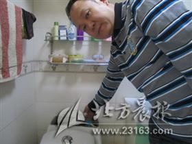 厕所水箱放饮料瓶?节水!