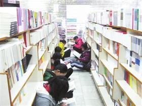 学校放假 书店热闹