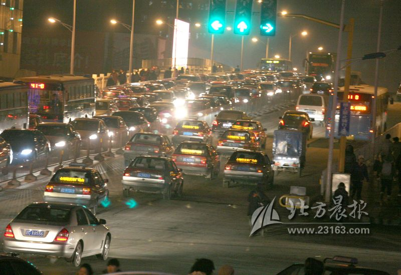 对鞍山市胜利路15分钟汽车通过情况的观察发现,共通过各类汽车672辆,其中,12座以下小型汽车(含小型货车)519辆,公交车及大巴车26辆,中型以上货车127辆(外埠车79辆,占62%)。存在重度尾气污染的车辆约为50余辆,占过往车辆总数的8%。调查发现,公交车、各类货车特别是外埠中型以上货车是重度汽车尾气污染的主要污染源,这些车辆是治理的重点。 【建议】 重点整治旧式汽车 民建鞍山市委的政协委员建议,政府要像治理水源污染一样重视治理空气污染。建议有关部门对治理汽车尾气污染的重点应放在旧式汽车和外埠车辆上
