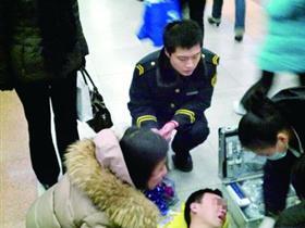男子在北京地铁向女友求婚被拒 当场昏倒