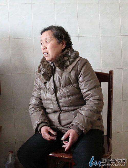 去年从青岛职业技术学院毕业后,他一边帮父母打煎饼,一边找工作.