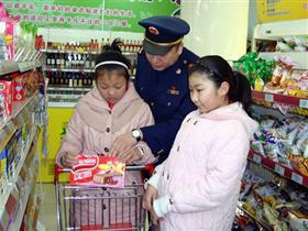 扎兰屯市超市内为小朋友实地讲食品安全课受欢迎