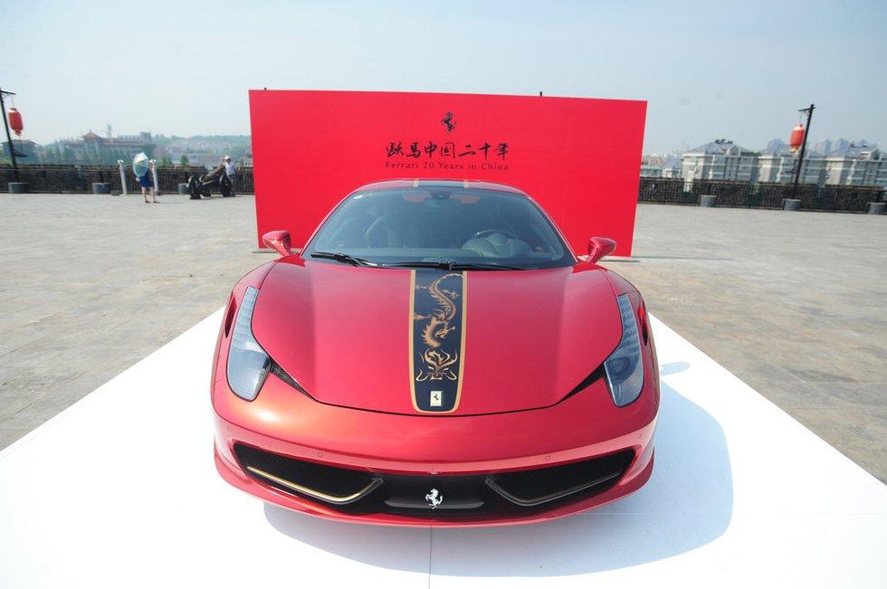 这款法拉利跑车是限量版中国龙458跑车,它的价格达到600万,高清图片